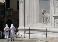 Lion et religieuse